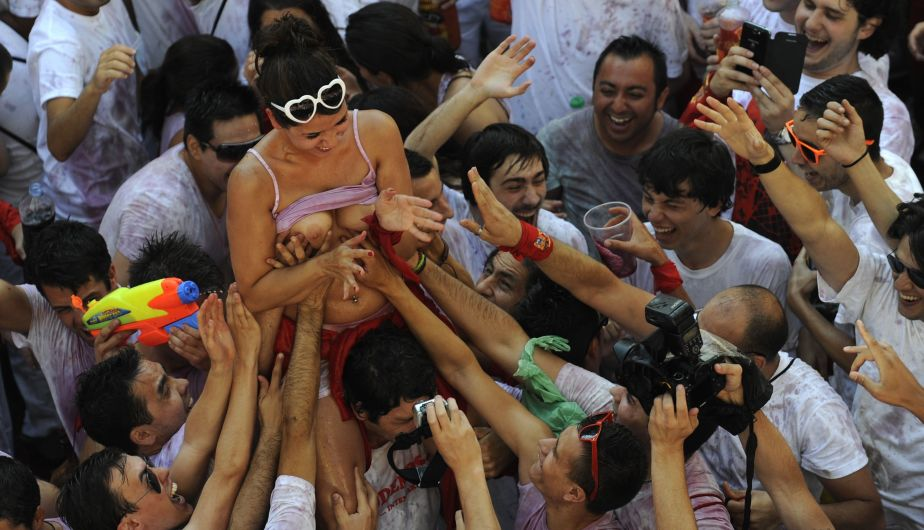 Revellers celebrate the start of the San Fermin festival in Pamplona July 6, 2013.The beginning of the festival, known as the Chupinazo, was postponed for 20 minutes while authorities removed a Basque flag hanging in front of the town hall. The annual San Fermin festival, famous for the running of the bulls event, started on Saturday and runs until July 14. REUTERS/Eloy Alonso (SPAIN - Tags: SOCIETY) TEMPLATE OUT