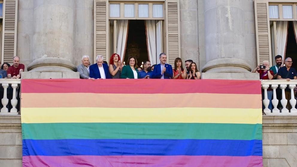 Anexo 8: La activista trans y pro-regulación de la prostitución, Shirley McLaren, portavoz mediática del sindicato de trabajadoras sexuales OTRAS, en el balcón del ayuntamiento de Barcelona con motivo del Orgullo Gay 2019: tercera por la izquierda, entre Ada Colau (con chaqueta verde) y Ernest Maragall (con chaqueta azul)